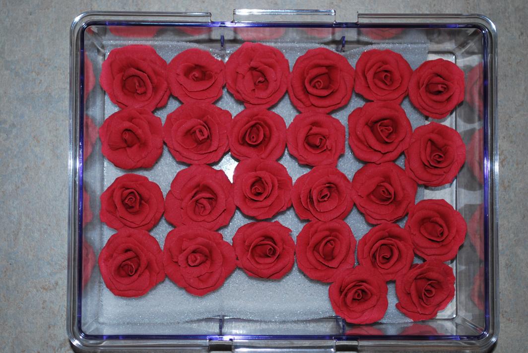 Röda rosor i modelleringspasta